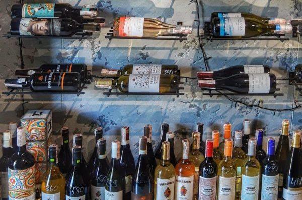 ワインショップに並ぶボトル