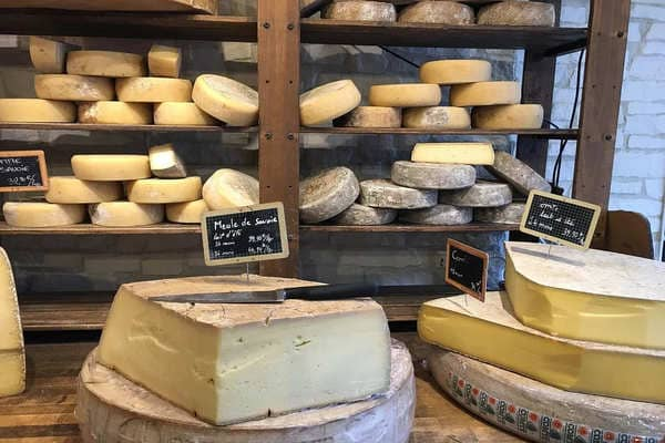 ハードチーズが陳列されている