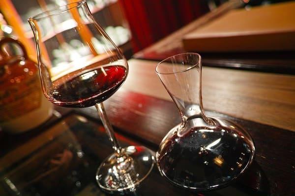 ワイングラスとデキャンタ