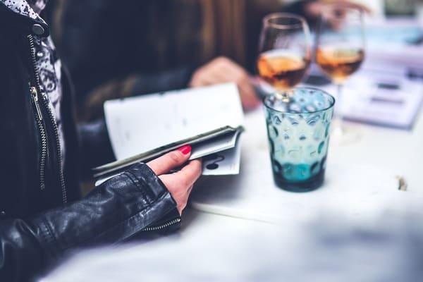 カフェで雑誌を読む