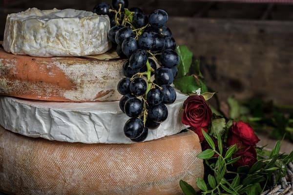 重なっているチーズ
