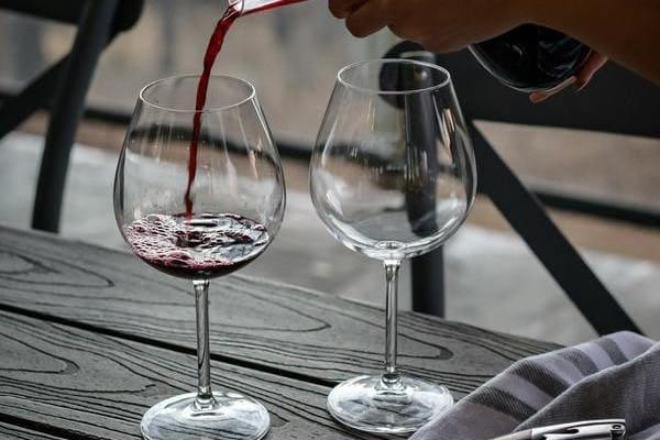 赤ワイン注ぐ