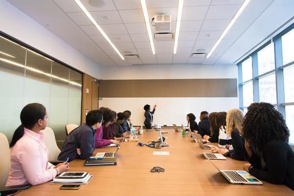 会議室で講義