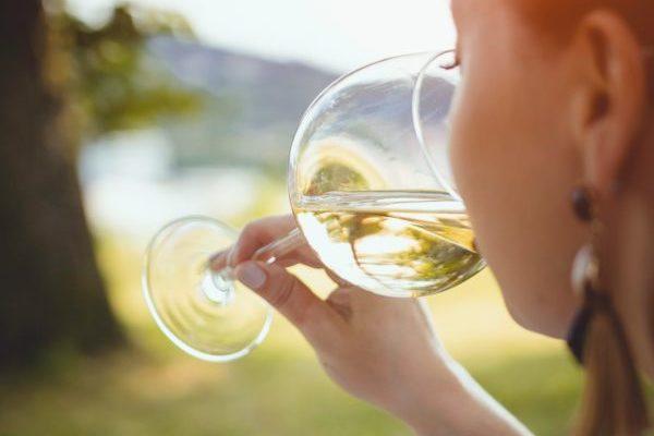 白ワインを飲む女性