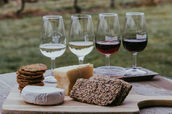 チーズとワイングラス