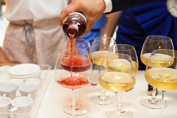 ワインがグラスに注がれる