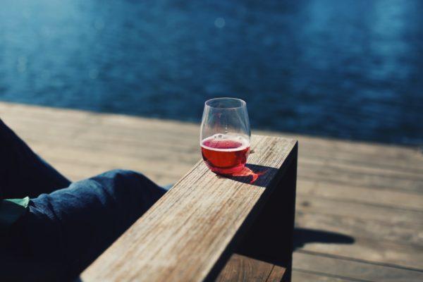 ロゼワインを海辺で飲む