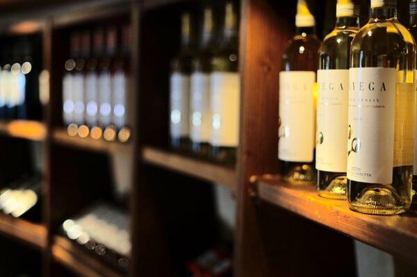 ワインが陳列している棚