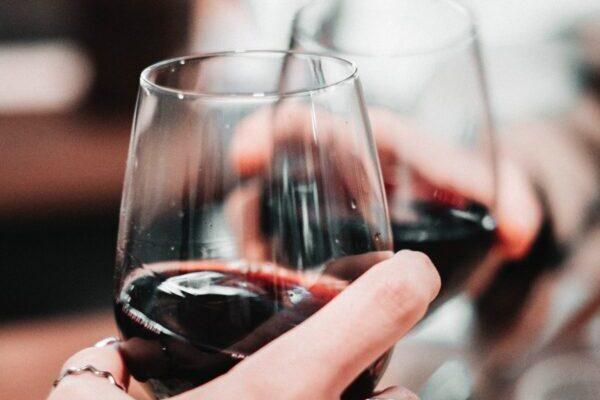 赤ワイングラスで乾杯