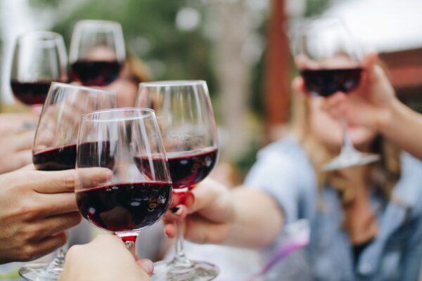 赤ワインで乾杯する人