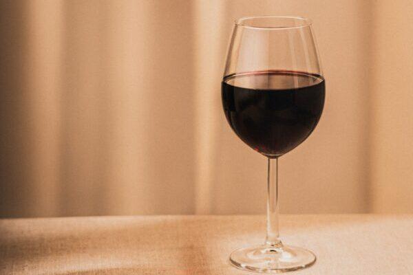 赤ワインのグラスが机に並ぶ