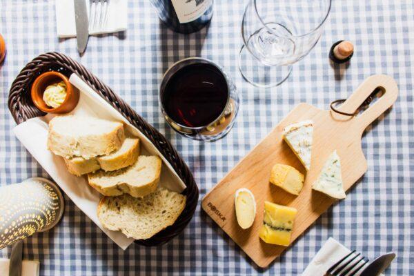 チーズとワインとパン