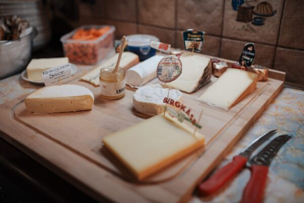 チーズボードのチーズが乗る