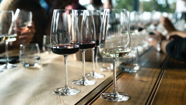 ワイングラスが並ぶ